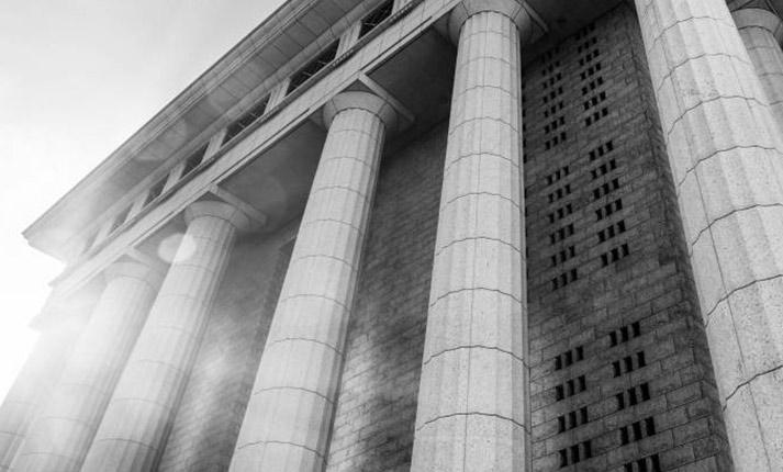 Ο νόμιμος εκπρόσωπος κεφαλαιουχικής εταιρείας η οποία συμμετέχει ως ομόρρυθμο μέλος ετερόρρυθμης εταιρείας δεν υπέχει αστική ευθύνη για τις έναντι του Ελληνικού Δημοσίου υποχρεώσεις της τελευταίας